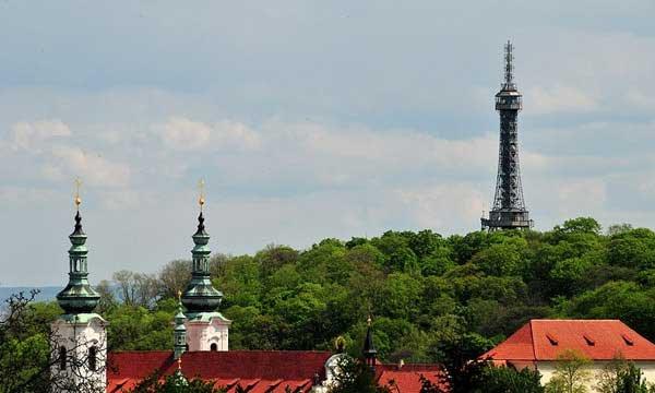 башня-на-холме-Петржин